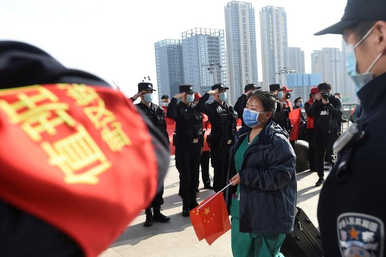 My, chau Au dang hieu sai bai hoc chong dich o Vu Han hinh anh 1 download_Wuhan_salute_Reuters.jpg