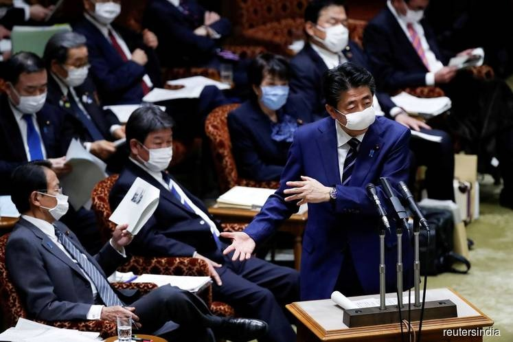 Tokyo dang doi mat 'con song than' dich benh nhu New York? hinh anh 1 Japan_PM_Abe_financeminister_Taro_Aso_parliament_upperhouse_April1_20200403203922_reutersindia_Reuters.jpg