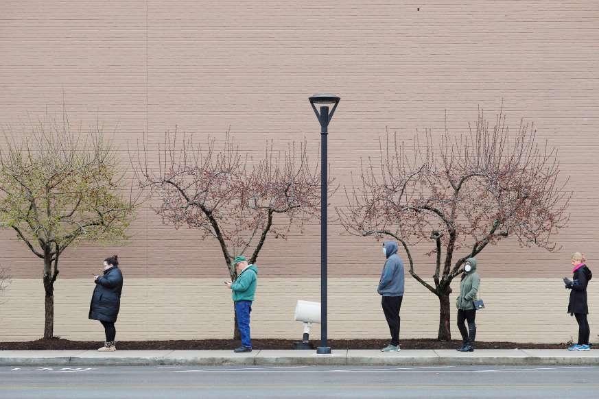 Thuat toan phia sau du doan 100.000 ca tu vong vi Covid-19 o My hinh anh 4 Medford_MA_April_4_grocery_Reuters.jpg