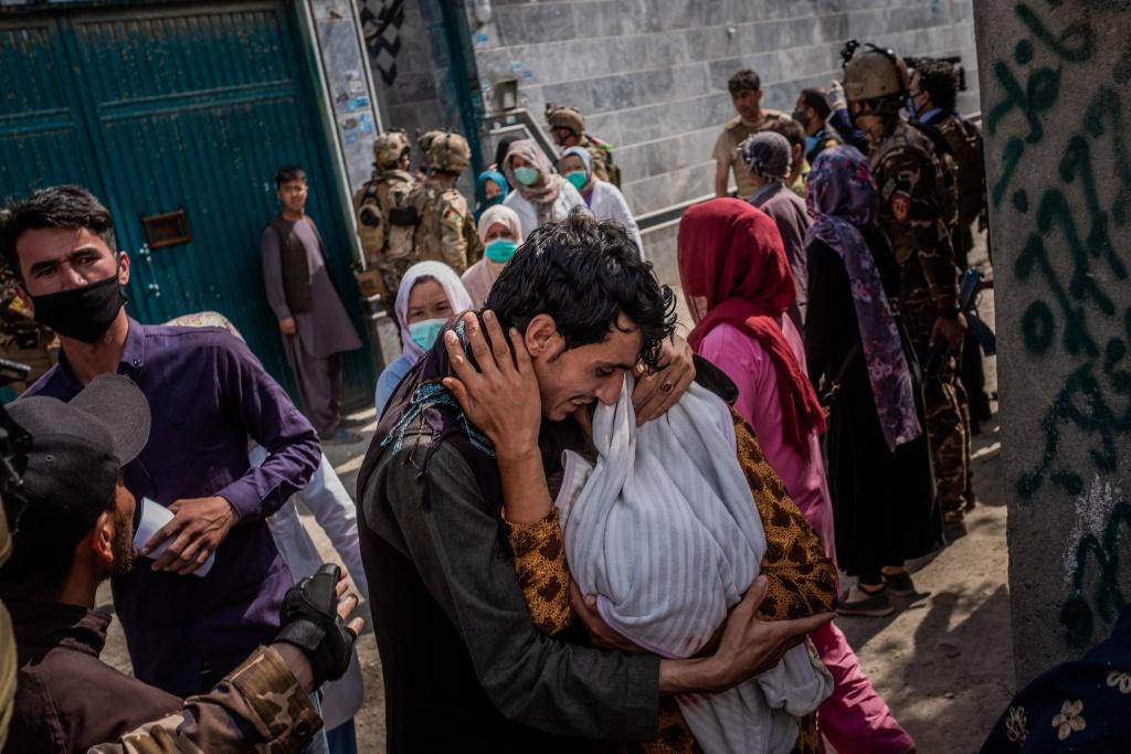 Em be chua co ten da dinh day mau me - ngay kinh hoang o Afghanistan hinh anh 4 13afghanistan_attack_04_superJumbo_nyt.jpg