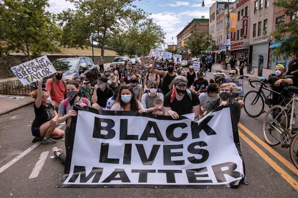 Qua phong trào biểu tình vừa qua, các nhân viên ngành công nghệ cảm thấy dám lên tiếng đòi hỏi công ty mình có trách nhiệm hơn. Ảnh: New York Times.