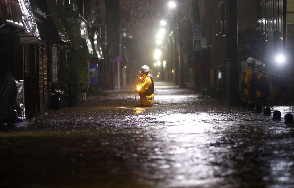 Vì sao mưa bão nhưng đường xá Nhật Bản vẫn sạch sẽ, ít rác thải?