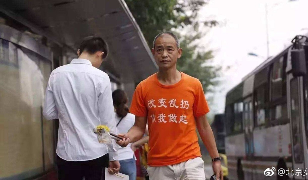 Trieu phu Trung Quoc bi danh dap vi nhat rac tren duong hinh anh 1