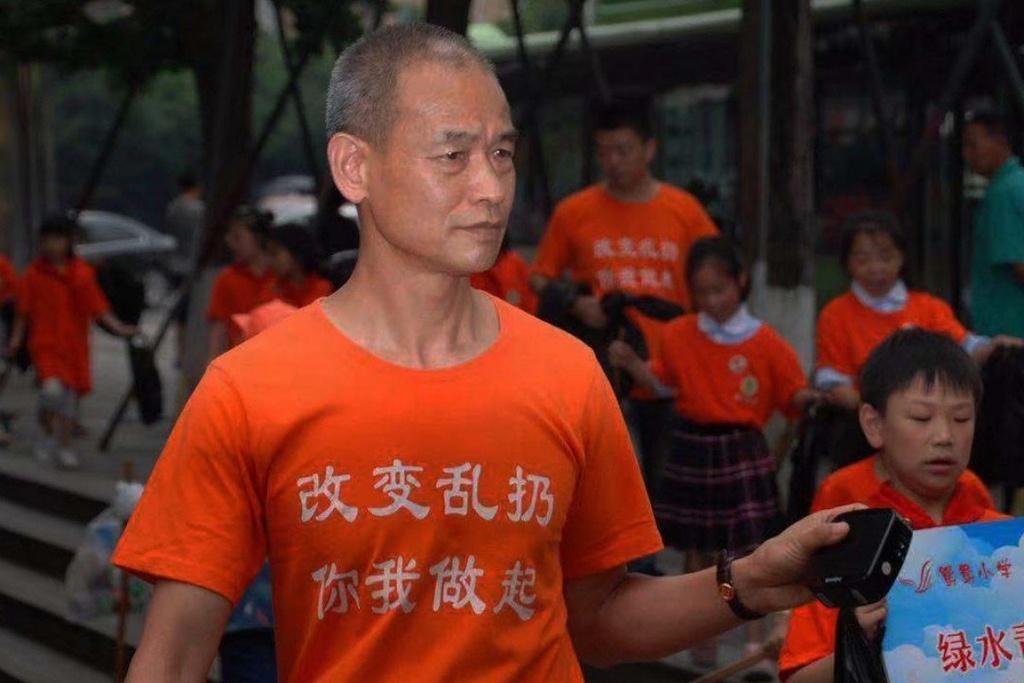 Trieu phu Trung Quoc bi danh dap vi nhat rac tren duong hinh anh 2