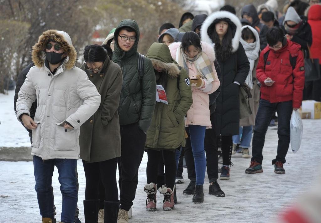 Sinh viên ở Cáp Nhĩ Tân, Trung Quốc xếp hàng chờ lấy các món đồ được đặt vào Ngày độc thân. Ảnh: Getty.
