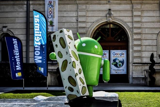 Google bị cáo buộc lạm dụng hệ điều hành Android, buộc nhiều nhà sản xuất điện thoại thông minh ưu tiên cài đặt trước các ứng dụng của mình. Cáo buộc này khiến họ bị phạt 5 tỷ USD năm 2017 Ảnh: AFP.