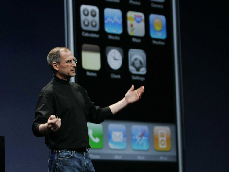 Cố CEO Steve Jobs giới thiệu chiếc iPhone làm nên lịch sử. Ảnh: AP.