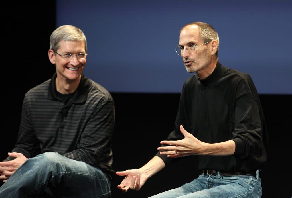 Tim Cook (trái) và Steve Jobs năm 2010. Ảnh: Getty Images.
