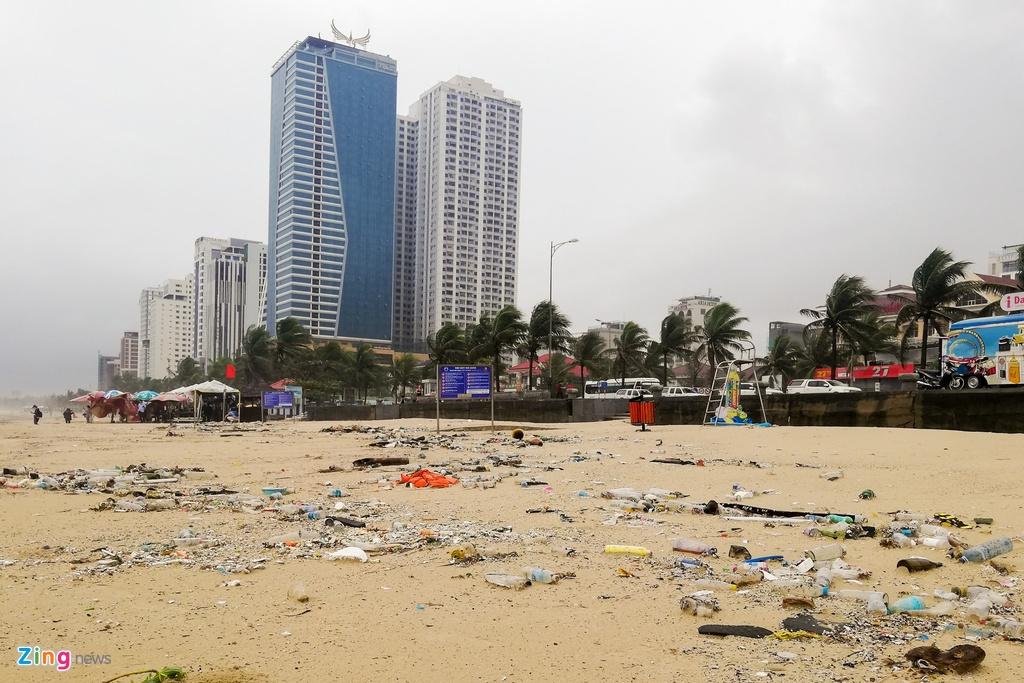 Rác ngập bãi biển Đà Nẵng sau mưa lụt – Thời sự