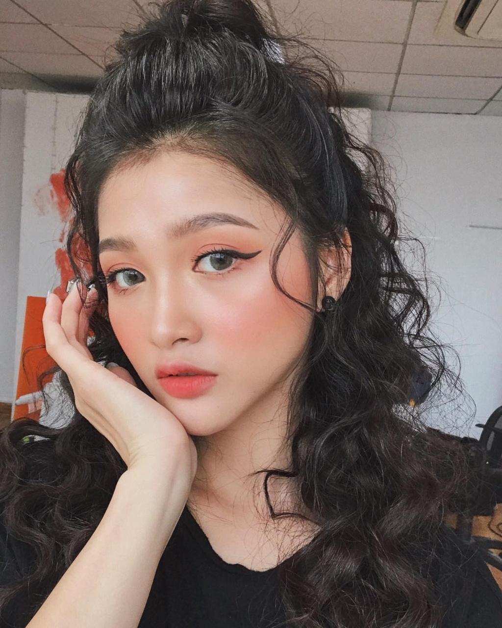 Nhung chiec cam V-line dang ghen ty cua hot girl Viet hinh anh 9