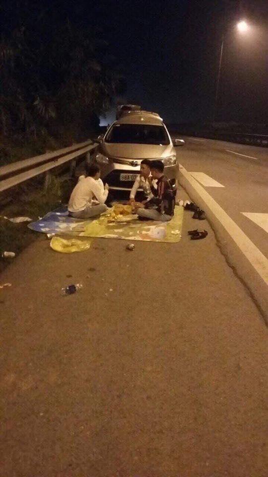 4 thanh nien thoai mai trai bat ngoi an tren cao toc Ha Noi - Lao Cai hinh anh 1