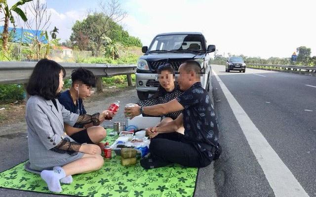 4 thanh nien thoai mai trai bat ngoi an tren cao toc Ha Noi - Lao Cai hinh anh 3
