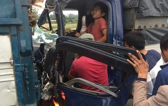 4 thanh nien thoai mai trai bat ngoi an tren cao toc Ha Noi - Lao Cai hinh anh 5