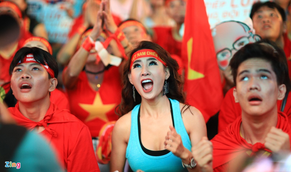 'Bien nguoi' o pho Nguyen Hue reo ho khi tuyen VN lien tuc ghi ban hinh anh 9