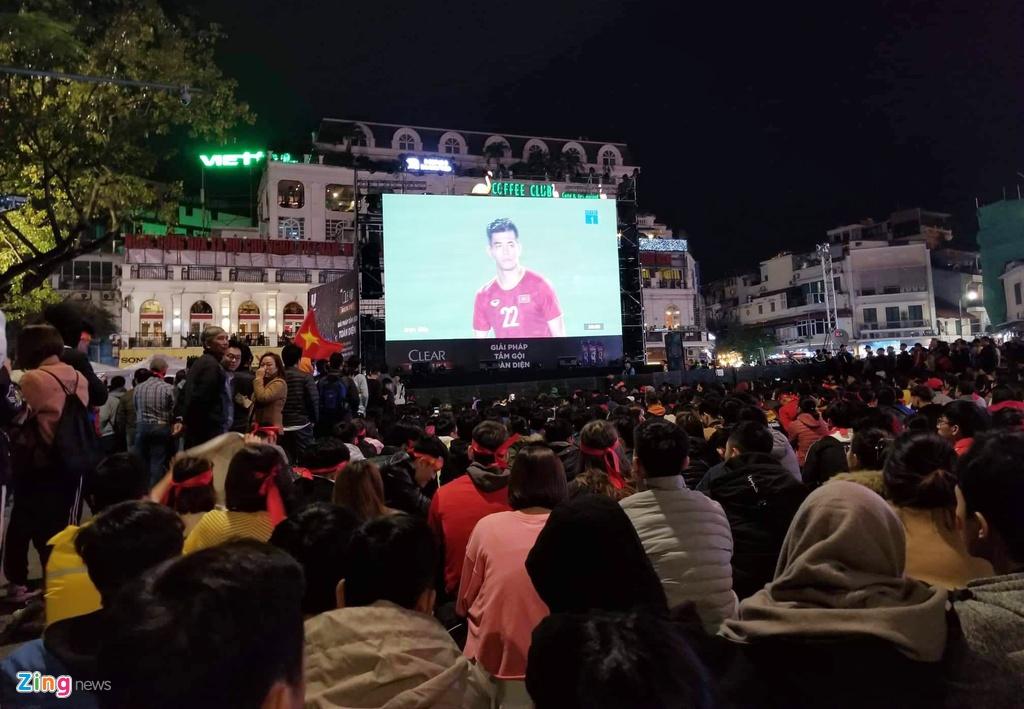 'Bien nguoi' o pho Nguyen Hue reo ho khi tuyen VN lien tuc ghi ban hinh anh 8