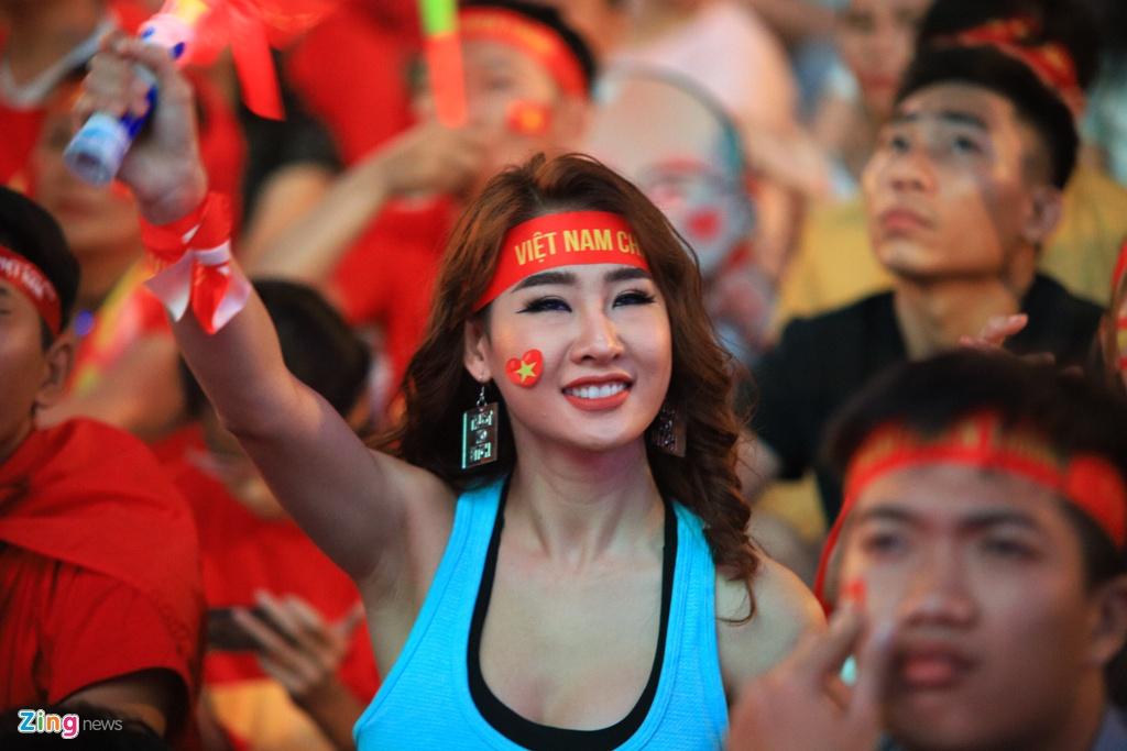 'Bien nguoi' o pho Nguyen Hue reo ho khi tuyen VN lien tuc ghi ban hinh anh 16