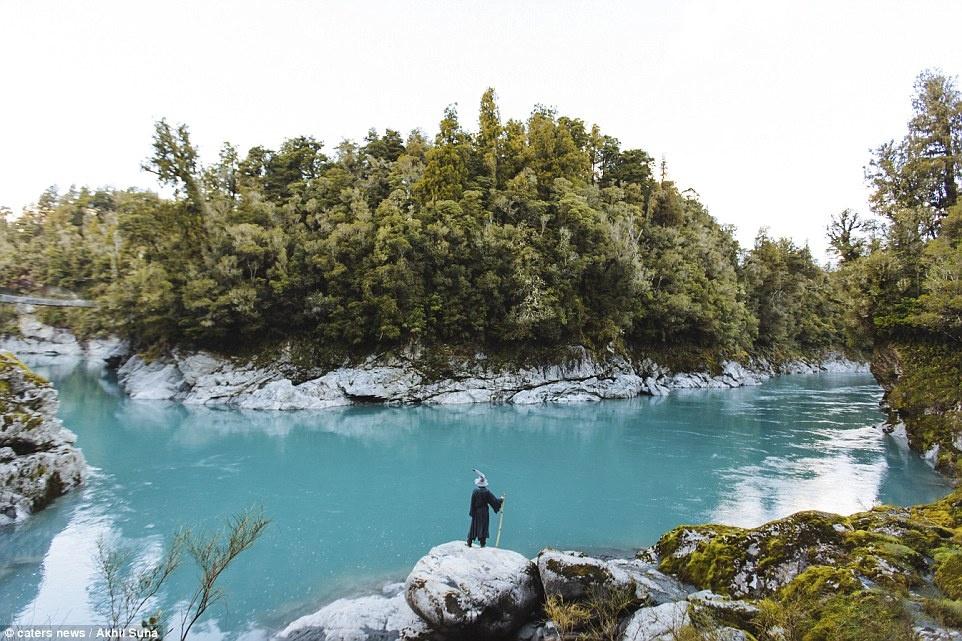 Chang trai di khap New Zealand trong trang phuc phu thuy hinh anh 2