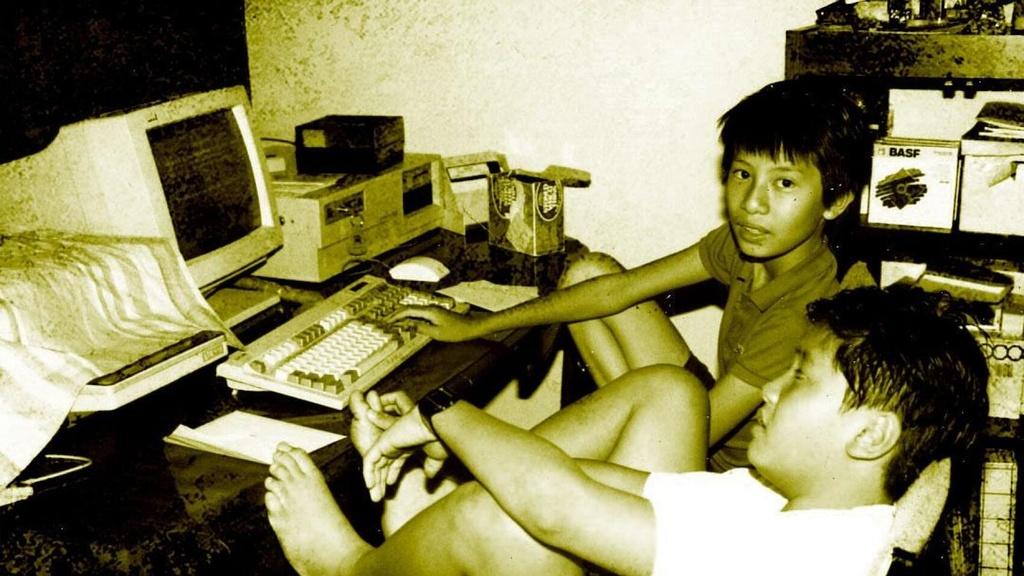 Lê Minh bên dàn máy tính của cha. Ảnh: Minh Le.