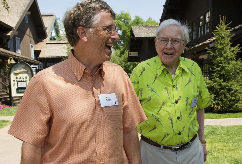 Ben trong quy ty USD cua Bill Gates hinh anh 2 104515892_EA_gates_hawaiian_shirt.jpg
