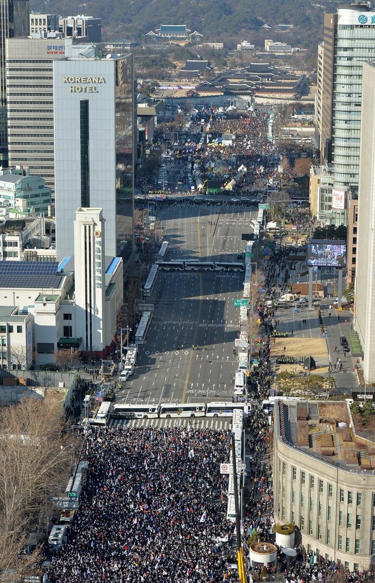Cac nhom bieu tinh dung do o Seoul vi vu luan toi tong thong hinh anh 7