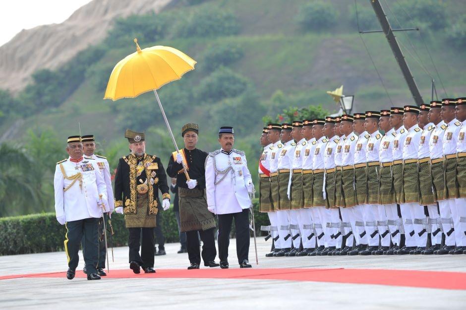 Quoc vuong tre nhat Malaysia dang quang o hoang cung trang le hinh anh 11