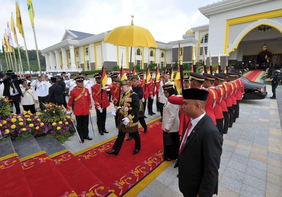 Quoc vuong tre nhat Malaysia dang quang o hoang cung trang le hinh anh 1