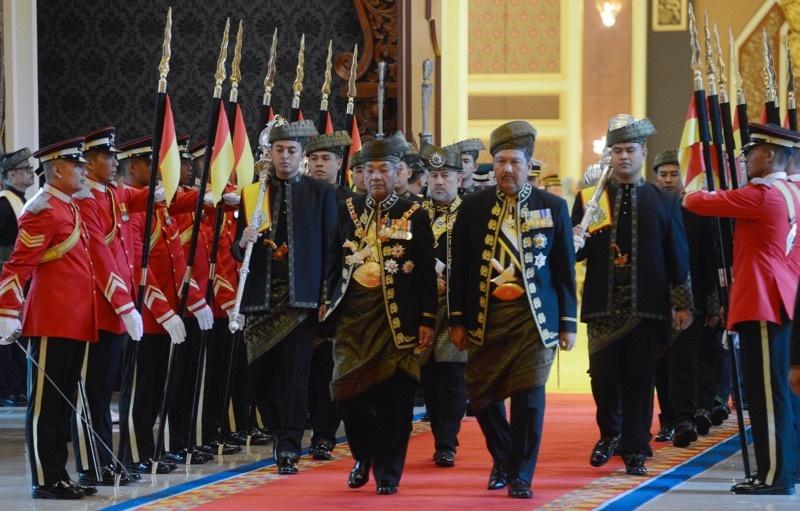 Quoc vuong tre nhat Malaysia dang quang o hoang cung trang le hinh anh 2