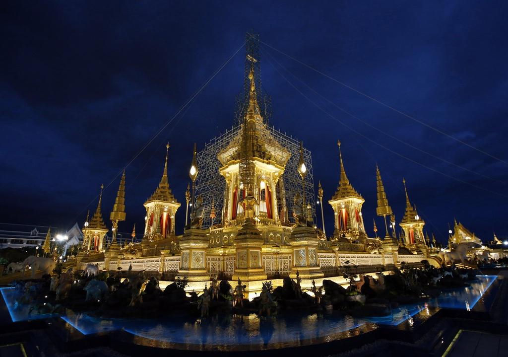 Binh di cot rong va nhung nghi thuc la trong le hoa tang vua Thai hinh anh 1