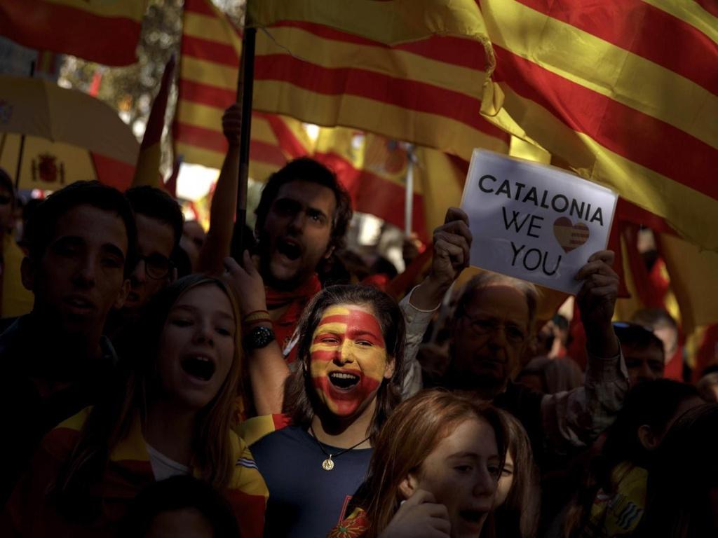Catalonia lung lay truoc quyet tam lap lai trat tu cua Madrid hinh anh 1