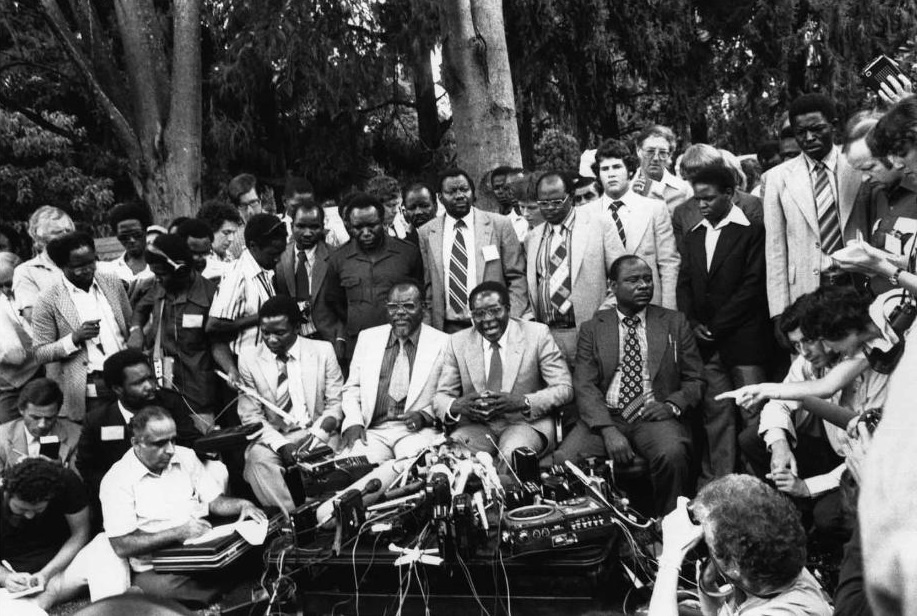 Tong thong Zimbabwe Mugabe: 37 nam cam quyen va 2 doi vo hinh anh 2