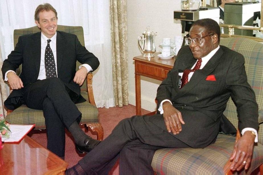 Tong thong Zimbabwe Mugabe: 37 nam cam quyen va 2 doi vo hinh anh 8