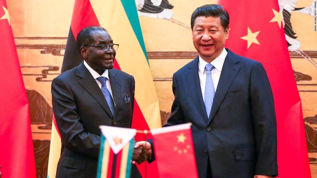 Tong thong Zimbabwe Mugabe: 37 nam cam quyen va 2 doi vo hinh anh 12