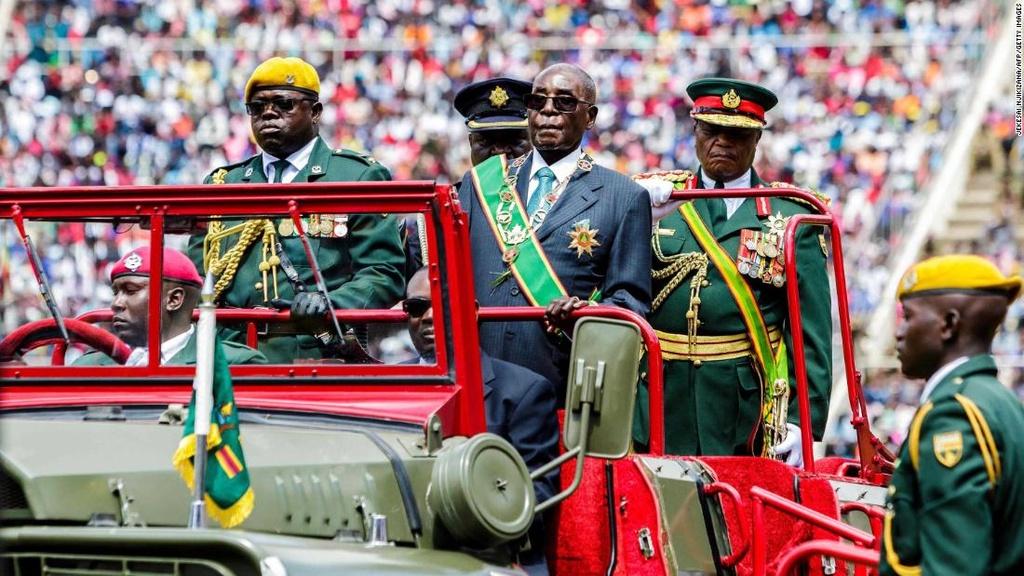 Tong thong Zimbabwe Mugabe: 37 nam cam quyen va 2 doi vo hinh anh 13