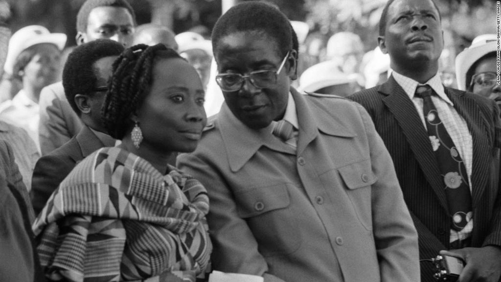 Tong thong Zimbabwe Mugabe: 37 nam cam quyen va 2 doi vo hinh anh 3