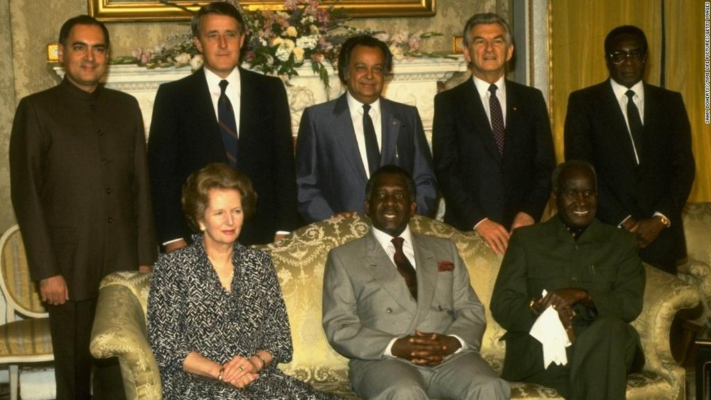 Tong thong Zimbabwe Mugabe: 37 nam cam quyen va 2 doi vo hinh anh 5