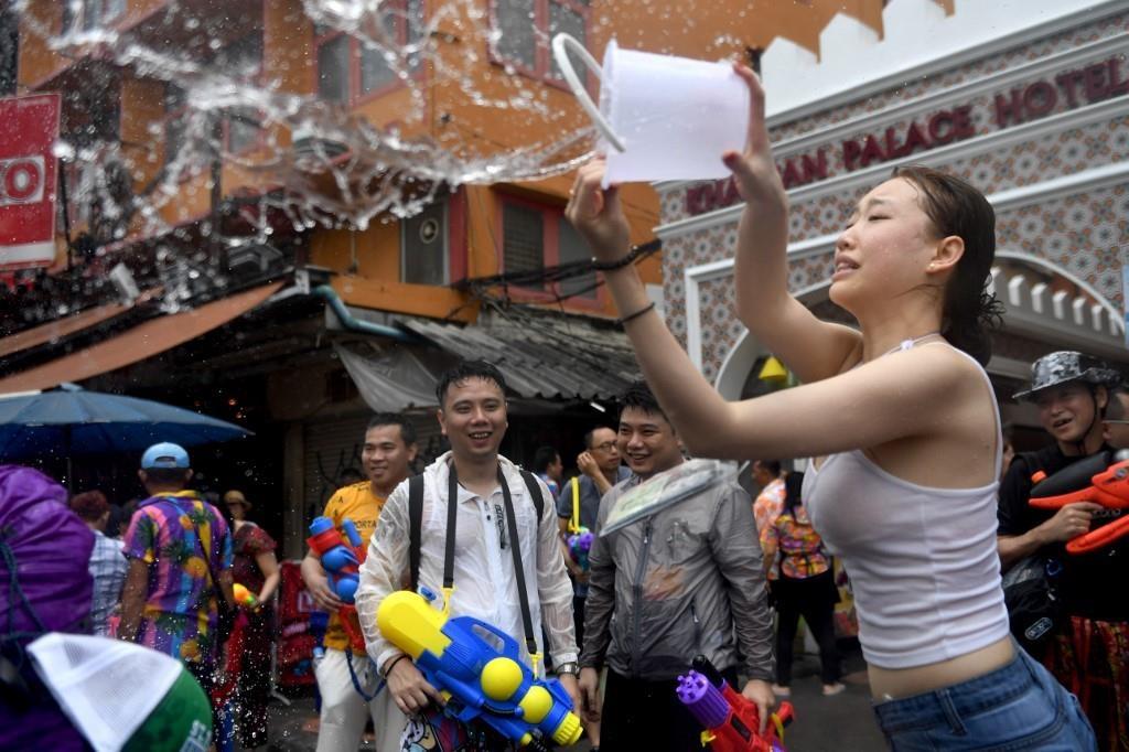 Nguoi Thai xuong duong te nuoc le Songkran, nhung bi cam khoa than hinh anh 1