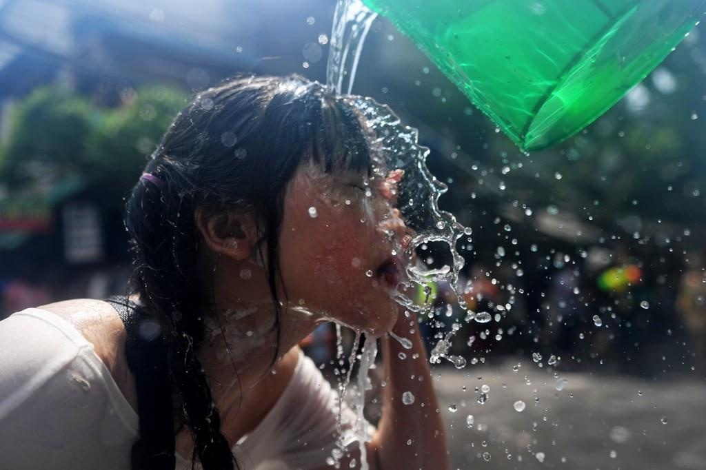 Nguoi Thai xuong duong te nuoc le Songkran, nhung bi cam khoa than hinh anh 6
