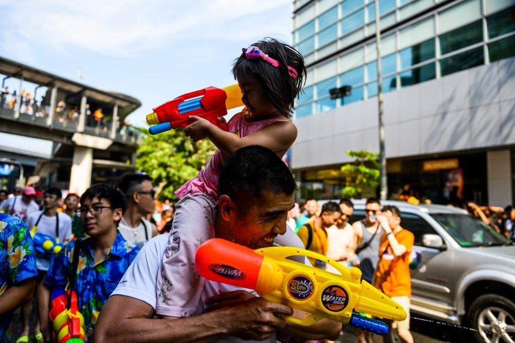 Nguoi Thai xuong duong te nuoc le Songkran, nhung bi cam khoa than hinh anh 10