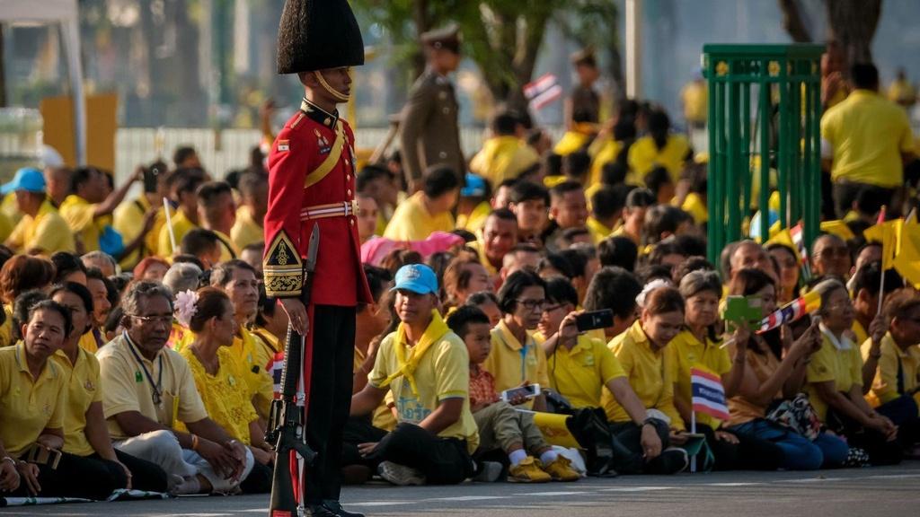 Tan vuong Thai Lan tren kieu 16 nguoi khieng trong le ruoc 7 tieng hinh anh 5