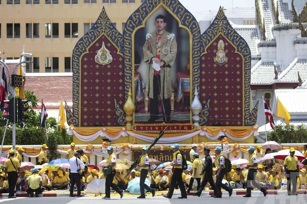 Tan vuong Thai Lan tren kieu 16 nguoi khieng trong le ruoc 7 tieng hinh anh 8