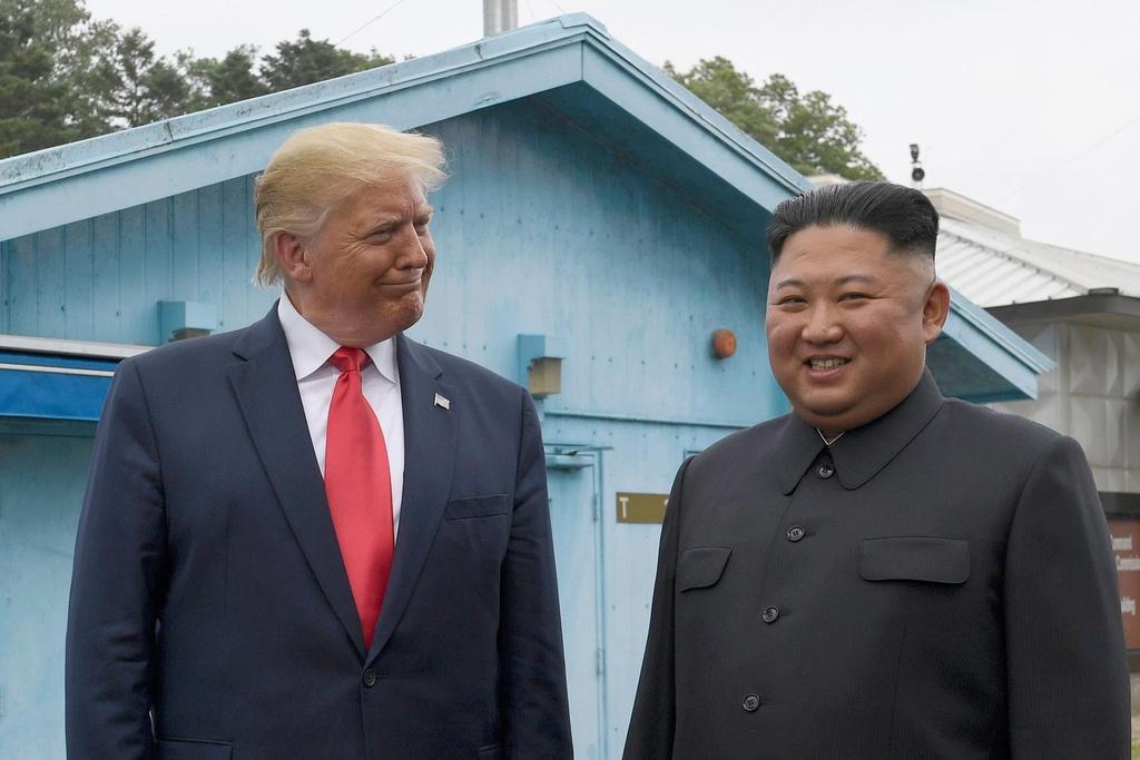 Khoanh khac 'hoan hao cho tivi' cua TT Trump va canh hon loan phia sau hinh anh 2