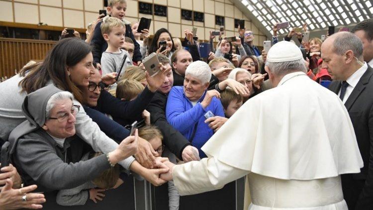 Vatican dung tien quyen gop cho nguoi ngheo de bu tham hut ngan sach hinh anh 2 francis.jpeg