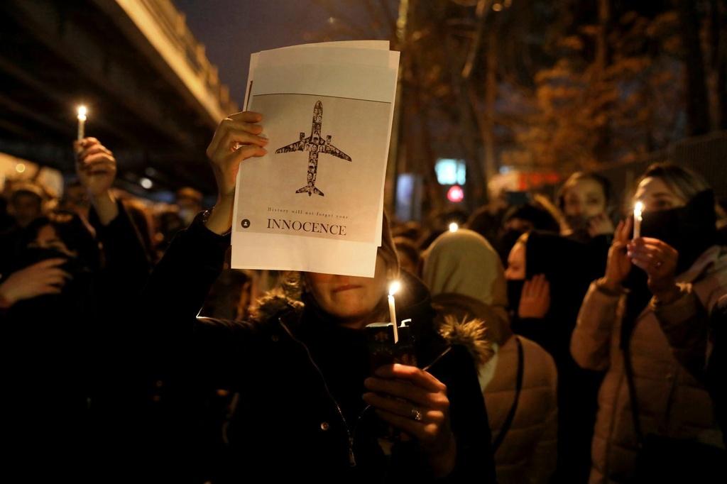 Ban nham may bay Ukraine, Iran hung phan no ca trong va ngoai nuoc hinh anh 2 iran_3.jpg