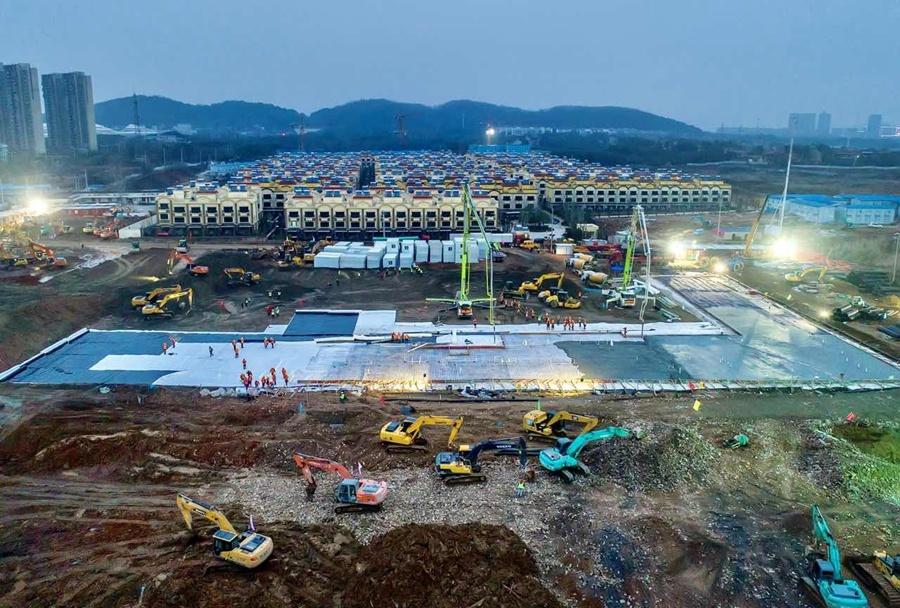Hình ảnh công trường xây dựng bệnh viện nhìn từ trên cao vào ngày 28/1. Để giảm bớt áp lực do dịch bệnh, chính quyền thành phố đã công bố kế hoạch xây dựng một bệnh viện mới từ đầu chỉ trong sáu ngày, sẽ được sử dụng từ ngày 3/2. Hôm 25/1, Vũ Hán đã mở rộng kế hoạch ban đầu và đang khẩn trương xây dựng hai bệnh viện. Các nhà chức trách đã yêu cầu bốn công ty xây dựng làm việc trong suốt Tết Nguyên đán để hoàn thành các công trình. Ảnh: China Daily.