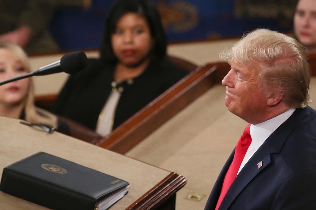 Cai bat tay TT Trump choi tu va ban Thong diep Lien bang bi xe nat hinh anh 2 trump_1.jpg