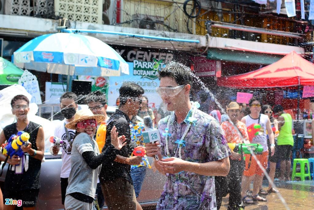 Hang nghin nguoi du le Te nuoc Songkran o pho Tay Bangkok hinh anh 13
