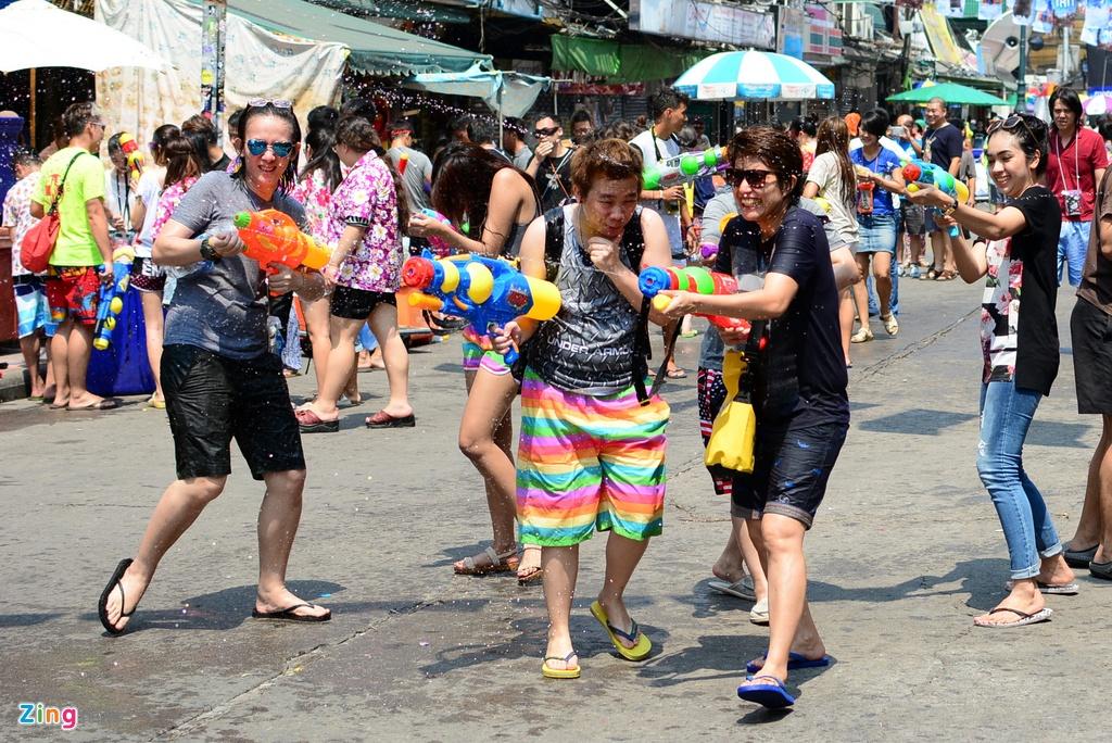 Hang nghin nguoi du le Te nuoc Songkran o pho Tay Bangkok hinh anh 2