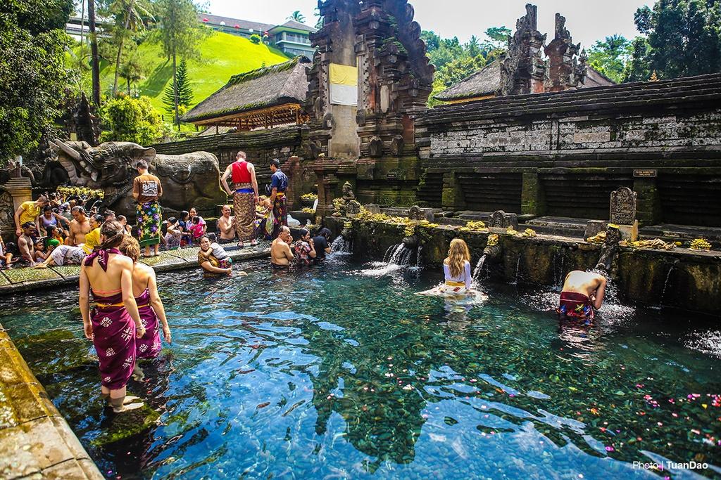 Tam nuoc thanh o den thieng tren dao Bali hinh anh 7