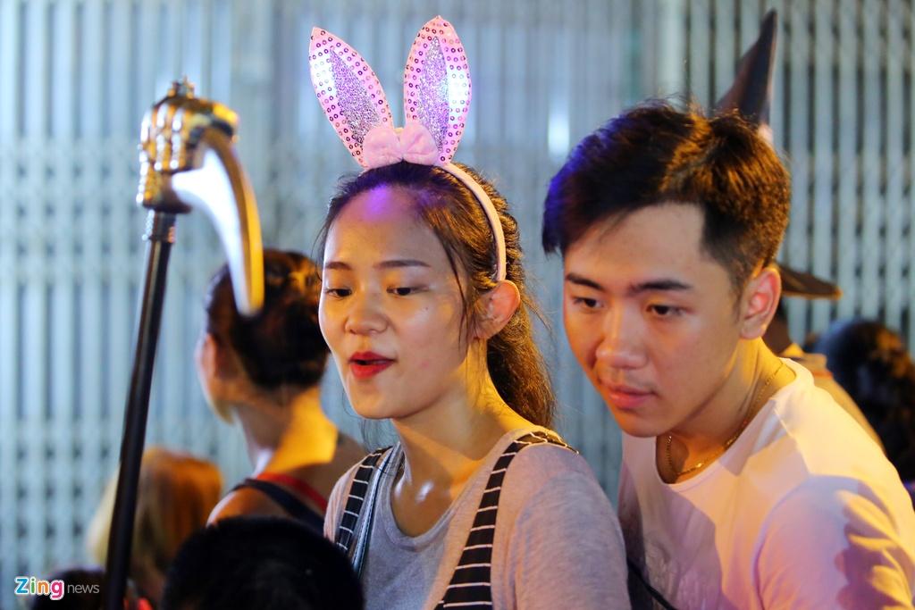 Gioi tre danh mat ban sac Trung thu Viet tren duong pho hinh anh 16