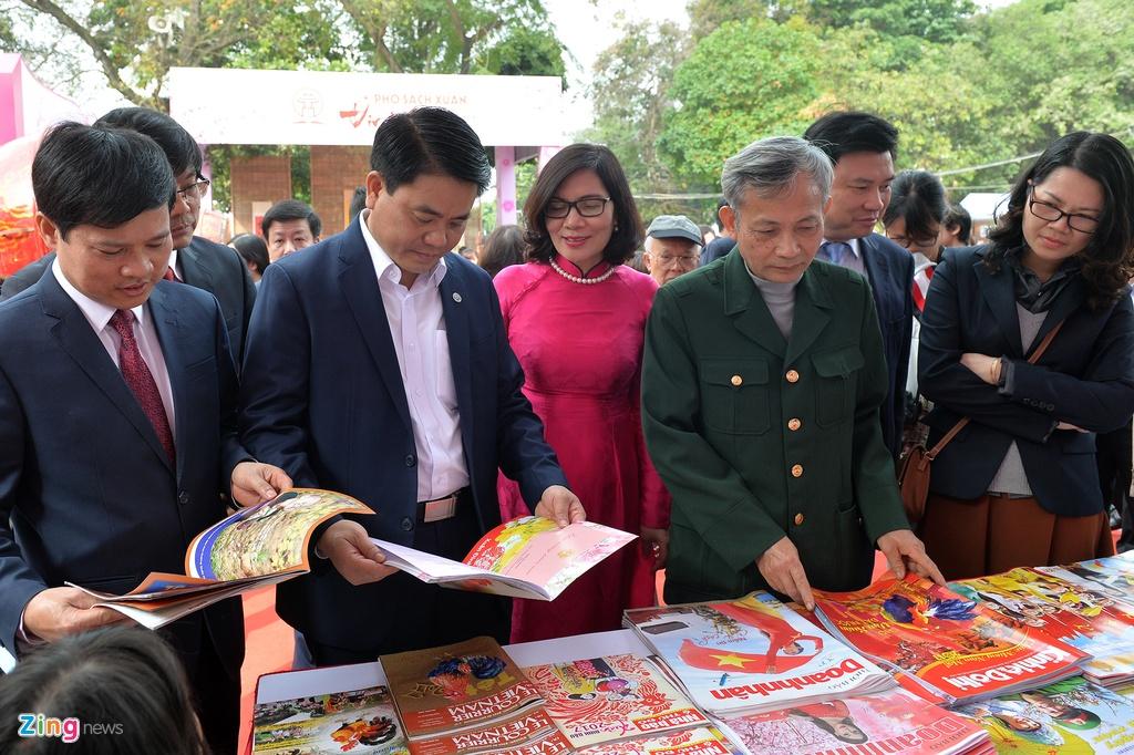 Chu tich Nguyen Duc Chung li xi cho doc gia o pho sach xuan anh 3